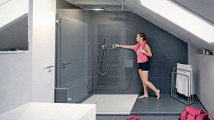 Die große Dusche ist perfekt in dem Bereich mit der Dachschräge platziert.