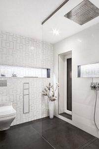 Muster im weißen Badezimmer