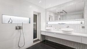 Edle Schöne im weißen Badezimmer