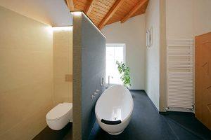 Die freistehende Wanne ist mitten in dem Badezimmer installiert.