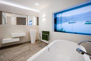 Freistehende Badewanne und versetzte Badmöbel